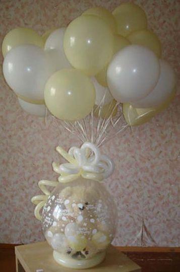 Нежный шар с игрушкой и фонтаном из 20 шаров