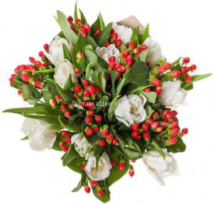 Букет Белые тюльпаны и ягоды гиперикума