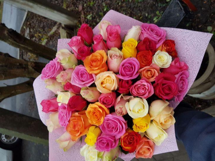 51 роза Микс в розовой упаковке
