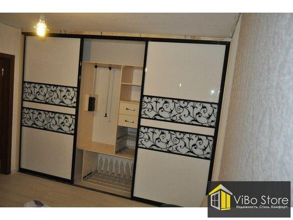 Белый встраиваемый шкаф с декоративными узорами