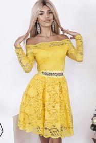 Желтое кружевное коктейльное платье с открытыми плечами