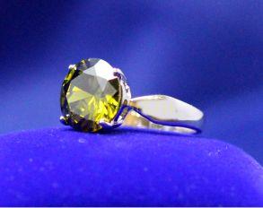 Позолоченное белым золотом кольцо с искусственным хризолитом (арт. 900594)