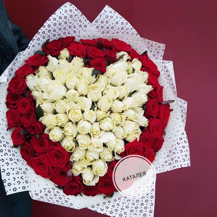 101 роза красно белое сердце