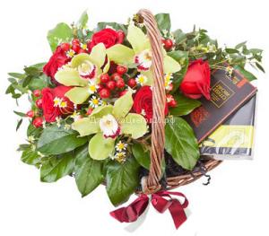 Корзинка с шоколадом и цветами