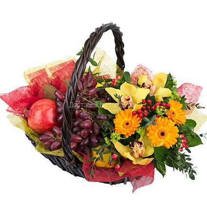 Корзинка свежих фруктов с цветами №4