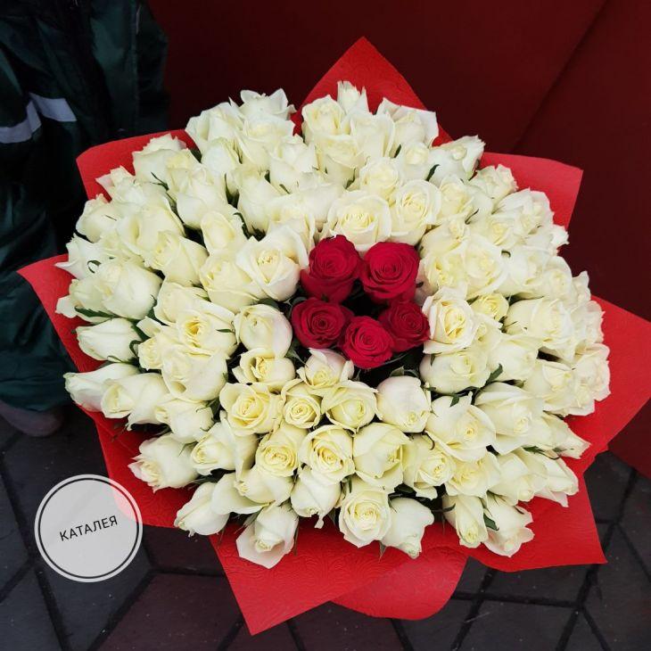 101 белая роза с красными