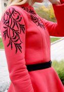 Плечи и рукава платья украшены авторским бархатным рисунком.
