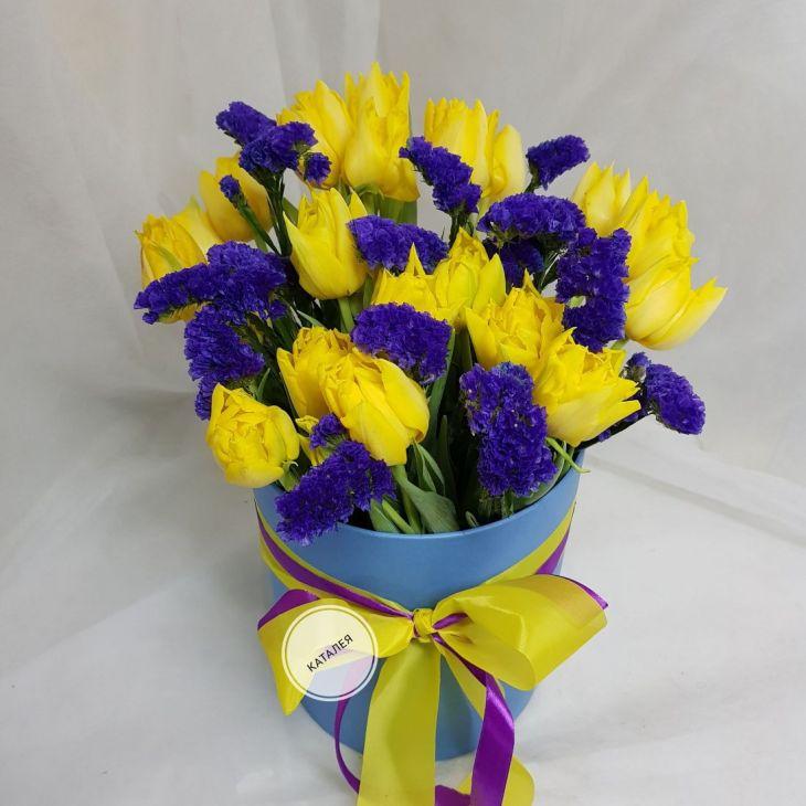 Желтые тюльпаны со статицей