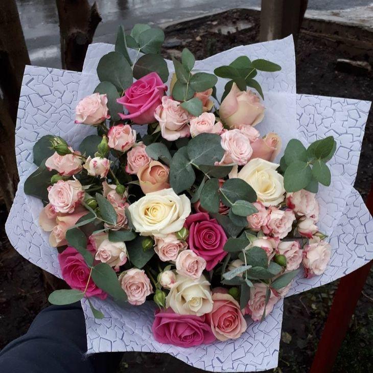 Букет из Микс роз и эвкалипта