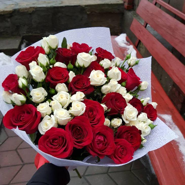 Букет из Микс красно белых роз