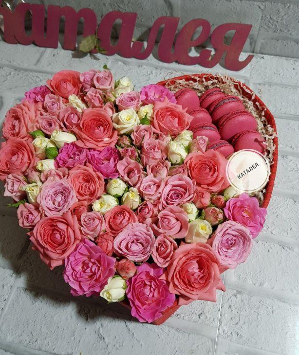 Коробочка из макарун и роз
