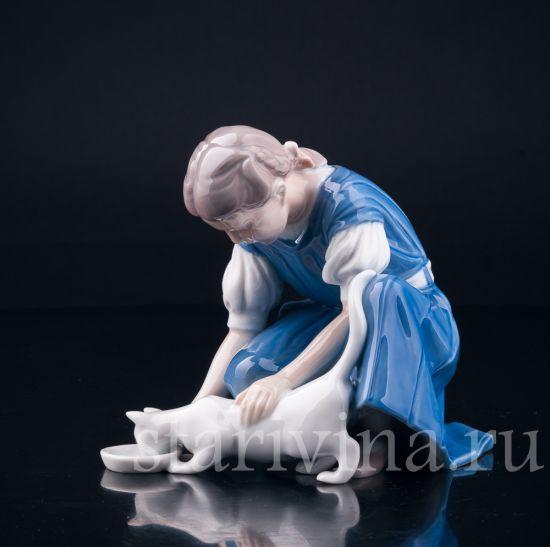 Изображение Девочка кормящая кошку, Bing & Grondahl, Дания, вт. пол. 20 в