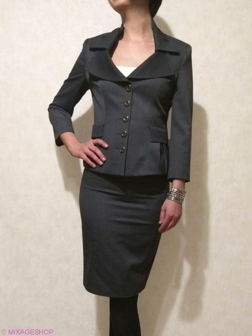 Стильный костюм с юбкой-карандаш серого цвета