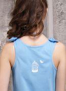 Спинка украшена небольшим белым рисунком «Голубка».