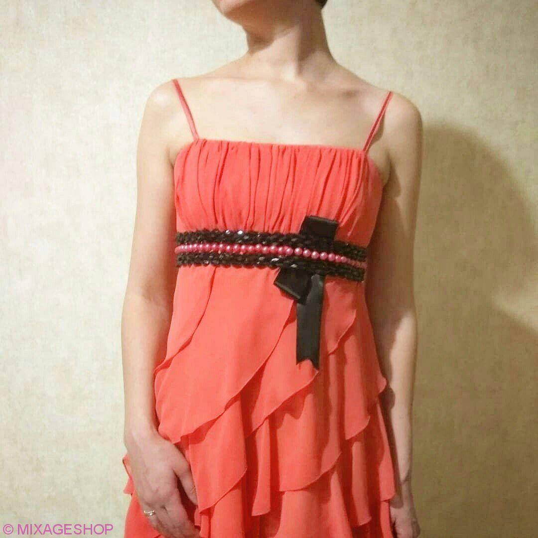 Шифоновое платье с декором из черных и коралловых бусин