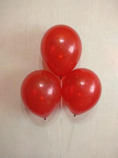 Алый полупрозрачный шар с гелием