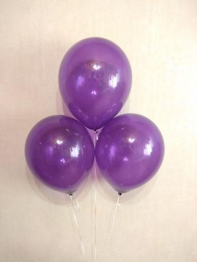 Фиолетовый прозрачный шар с гелием