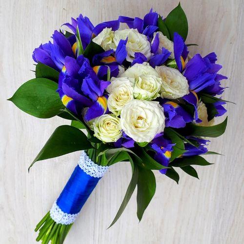 Букет невесты из синих ирисов и белых роз «Озерный край»