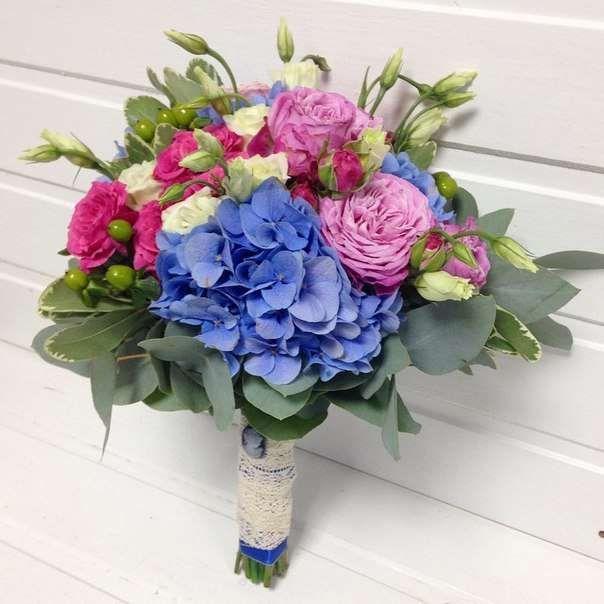 Букет невесты из роз, эустомы, гиперикум, гортензии «Богемная свадьба»