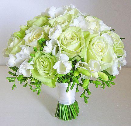 Букет невесты из роз и фрезии «Малахит»
