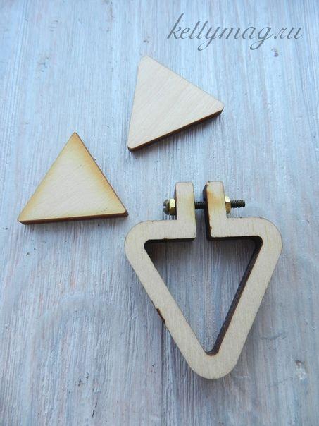 Мини-пяльцы рамка треугольник 3,5см с основой для натяжки и закрепления ткани.
