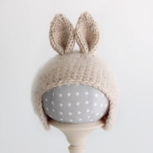 Вязанная шапочка для куклы- Бежевый зайка