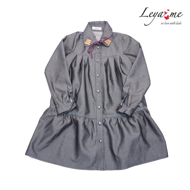 Платье-рубашка с оборкой и декором на воротнике серое