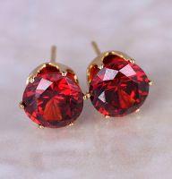 Позолоченные серьги-гвоздики с красным камнем
