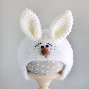 Вязаная шапочка для куклы Зайка белый пушистый