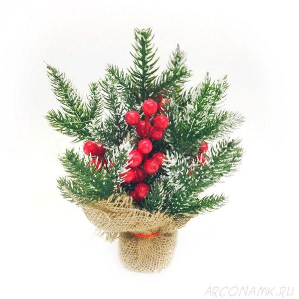 Новогодняя икебана из ели и ягод,с ярко-красными ягодами