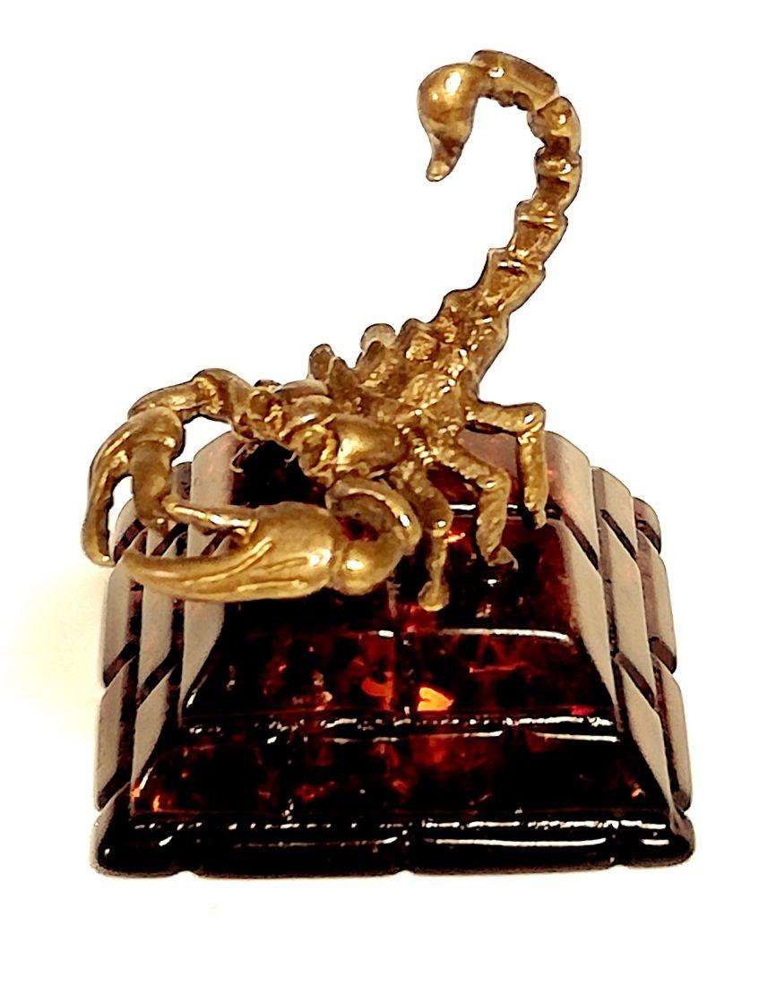 Фигурка Скорпион на янтаре