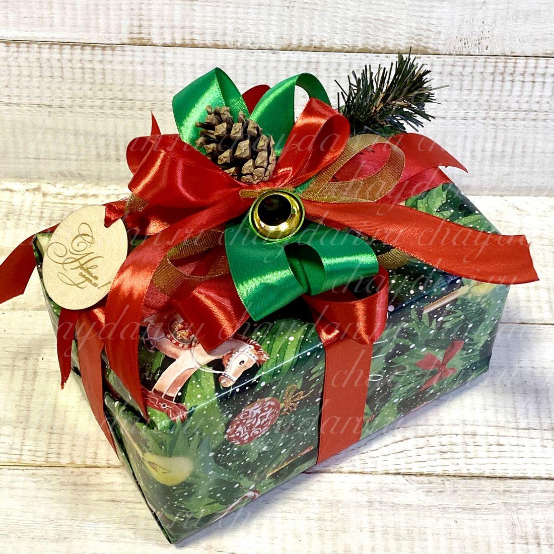 """Коробка с чаем, сладостями и медом """"Подарки под елкой"""""""