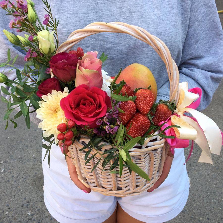 Подарочная корзиночка с манго и клубникой