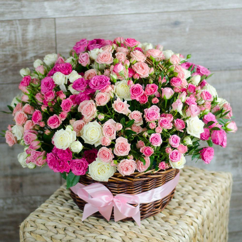 """Корзина белых и розовых кустовых роз """"Девичьи грёзы"""""""