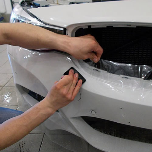 Оклейка переднего бампера авто защитной плёнкой