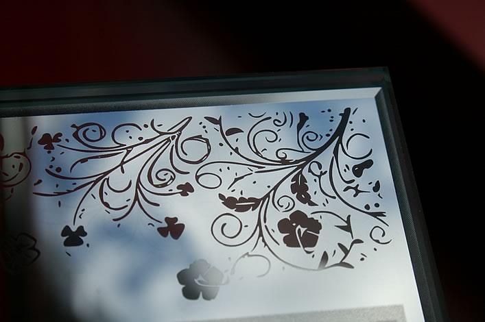 Лазерная гравировка на зеркале