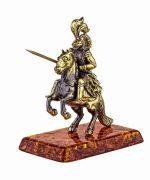 Рыцарь на коне с копьём.