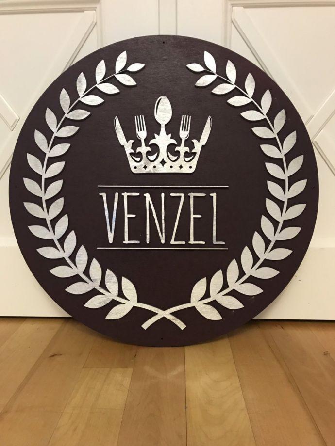 Логотип из дерева круглый