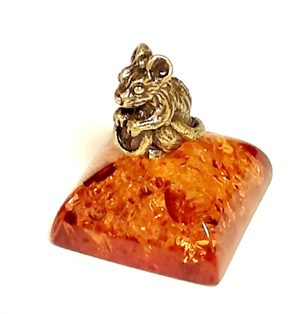 Фигурка на янтаре мышка с монеткой
