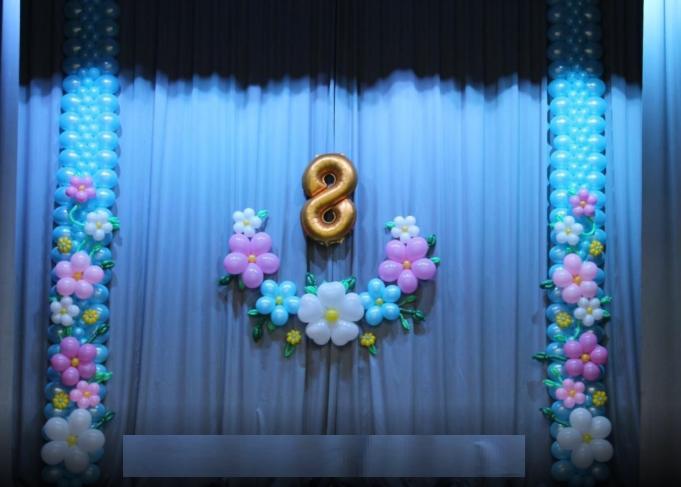 Декоративное оформление шарами сцены на 8 марта