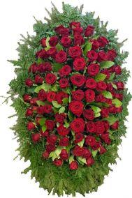 Ритуальный венок из живых цветов #9 красные розы и хвоя