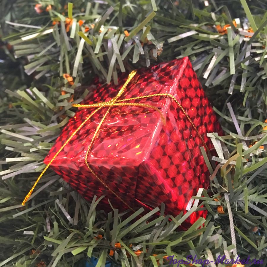 Подарочный набор красных ёлочных украшений Шары и подарки 6 см, 28 шт