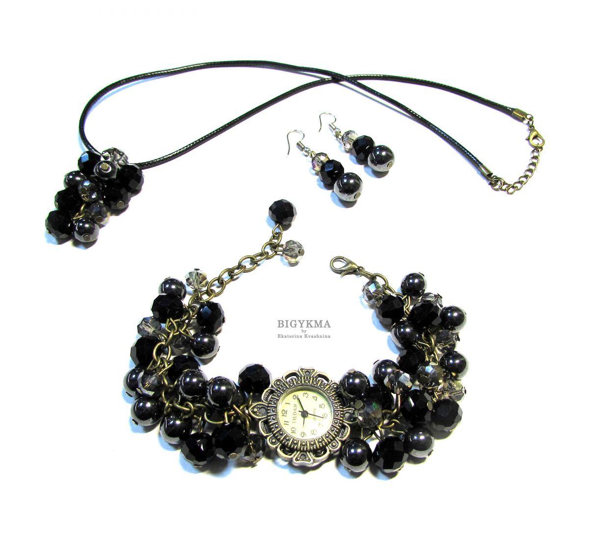 """Часы с гематитом """"Шик"""". Комплект украшений: часы, кулон, серьги с натуральными камнями."""