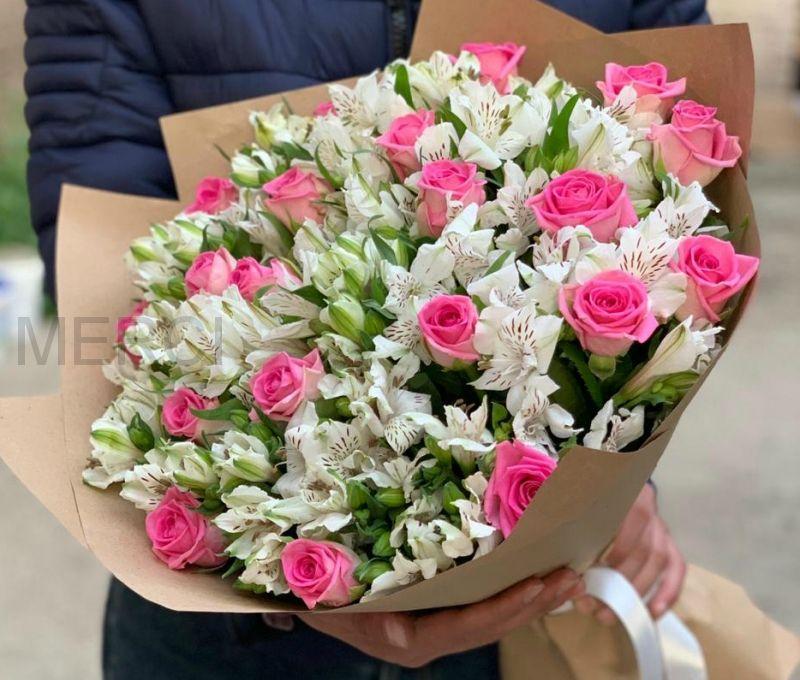 Букет из 35 альстромерий и 21 розовой роз