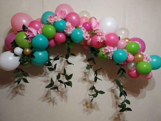 Разнокалиберная гирлянда, оформленная цветами