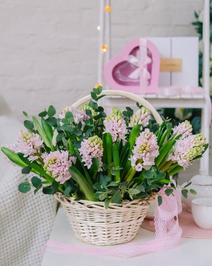 Корзина с цветами из 25 гиацинтов