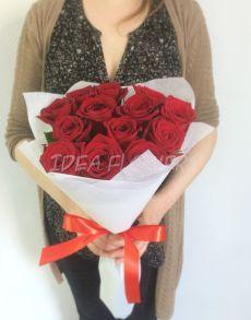 Букет из красных роз в фетре