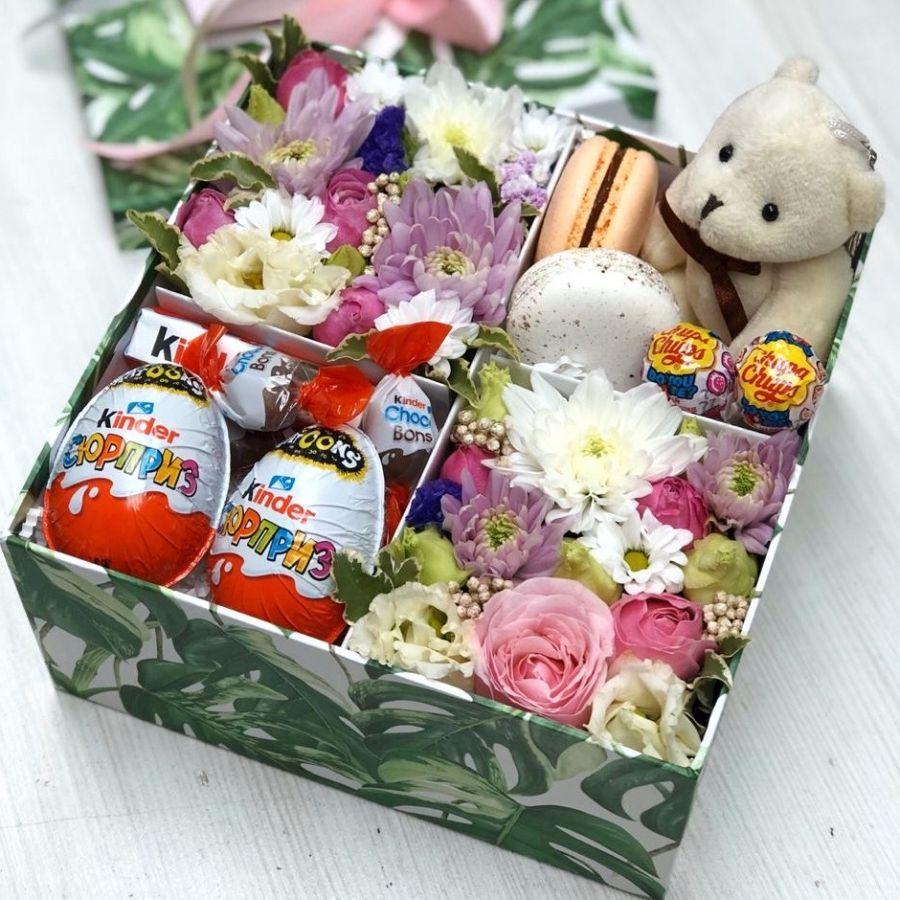 Цветочная коробочка со сладостями и мишкой