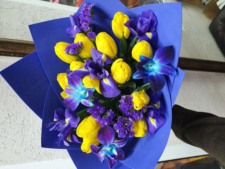 Букет тюльпанов и ирисов