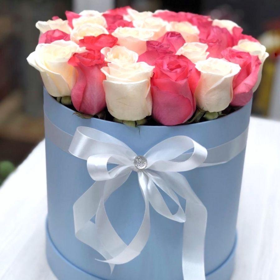 35 бело-розовых роз в шляпной коробке